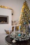 Уютный интерьер рождества зимы с свечами, камином и рождественской елкой Стоковое фото RF