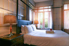Уютный интерьер спальни при включении подушки и лампа чтения уход за больным t Стоковое фото RF