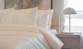 Уютный интерьер спальни при включении подушки и лампа чтения уход за больным t Стоковая Фотография