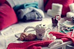 Уютный натюрморт зимы, состоит из, чашка кофе, зефир, круассаны, striped леденец на палочке стоковые изображения