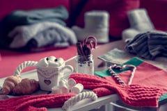 Уютный натюрморт зимы, состоит из, чашка кофе, зефир, круассаны, striped oes леденца на палочке с стоковое фото rf