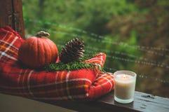 Уютный натюрморт осени: чашка горячего кофе и раскрытой книги на винтажном windowsill и дожде снаружи Осень афоризмов дождь стоковые фото