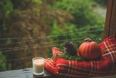 Уютный натюрморт осени: чашка горячего кофе и раскрытой книги на винтажном windowsill и дожде снаружи Осень афоризмов дождь стоковое изображение