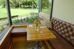 Уютный обеденный стол при цветки обозревая поле для гольфа стоковые фотографии rf