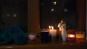 Уютный свет свечи накаляя в темноте окном Выразите настроение любов сток-видео