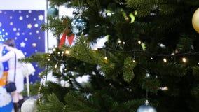 Уютный снежный интерьер ` s Нового Года Комната рождества или Нового Года с одетой рождественской елкой с шариками и свечами рожд Стоковое Изображение RF