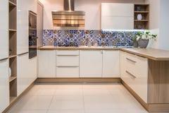 уютный современный интерьер кухни с мебелью стоковые изображения rf
