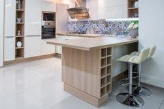 уютный современный интерьер кухни стоковое фото
