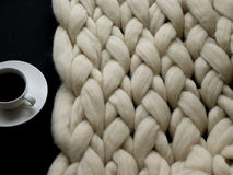 Уютный состав, атмосфера одеяла шерстей merino крупного плана, теплых и удобных knit предпосылки Стоковое Фото