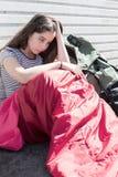 Уязвимый девочка-подросток спать на улице стоковое изображение rf