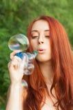 дуя девушка пузырей молодая стоковое фото