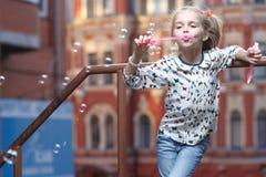 дуя девушка пузырей немного Стоковые Изображения