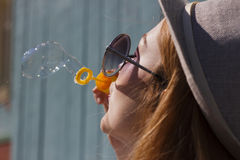 дуя девушка пузырей Стоковая Фотография RF