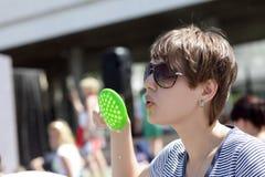 дуя женщина мыла пузыря Стоковые Фото