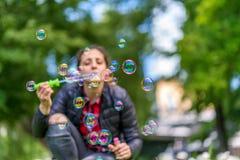 дуя женщина пузырей молодая Стоковое Изображение RF