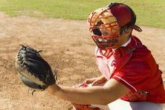 Улавливатель бейсбола во время игры стоковое изображение