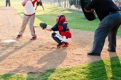 Улавливатель бейсбола молодости стоковые фото