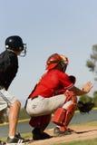 Улавливатель и судья на вышке бейсбола на поле Стоковое Изображение