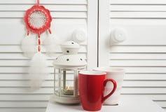 Улавливатель красного цвета мечт с белыми пер Стоковое Изображение RF