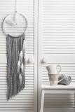 Улавливатель серого цвета мечт с белыми пер Стоковое фото RF