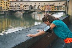 Улавливать женщины фитнеса дышает перед vecchio ponte в flor стоковое изображение