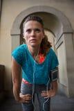 Улавливать женщины фитнеса дышает стоковая фотография rf