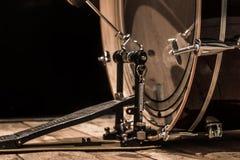 ударный инструмент, басовый барабанчик с педалью на деревянных досках с черной предпосылкой Стоковое фото RF