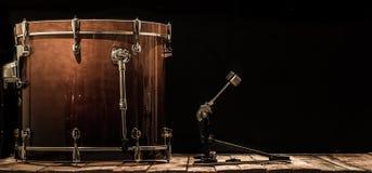 ударный инструмент, басовый барабанчик с педалью на деревянных досках с черной предпосылкой Стоковые Фото