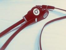 Удары Д-р Dre Solo HD с iPhone Яблока на белой предпосылке dre стоковое изображение rf