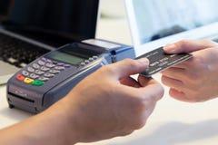 Удары женщины ее кредитная карточка стоковые изображения