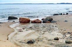 Удар волн волны моря на утесах Стоковое Изображение