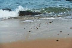 Удар волн волны моря на утесах Стоковое Фото