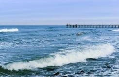 Удар волн волны моря на утесах Стоковые Фотографии RF