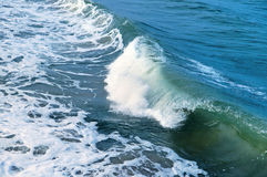 Удар волн волны моря на утесах Стоковое фото RF