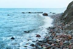 Удар волн волны моря на утесах Стоковая Фотография