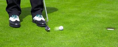 Удар, загоняющий мяч в лунку гольфа Стоковая Фотография RF