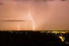 Удар молнии над городом стоковые фотографии rf