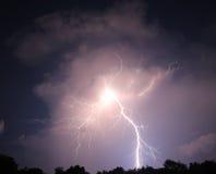 Удар молнии Nighttime Стоковые Фото