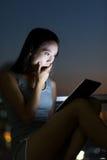 Удар чувства молодой женщины когда вахта на ПК таблетки Стоковое фото RF