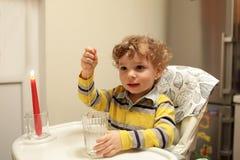 Удача чтения мальчика Стоковая Фотография RF