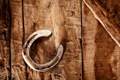 Удачливая подкова на деревенской деревянной предпосылке Стоковая Фотография RF