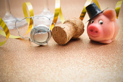Удачливые свинья и пробочка от бутылки шампанского Стоковые Фото