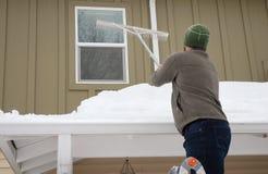 Удаление снега крыши стоковое фото rf