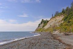 Удаленное побережье на солнечный день Стоковые Изображения RF