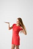 удерживание азиатской предпосылки кавказское жизнерадостное excited женское свежее счастливое изолировало женщину победителя моде Стоковая Фотография RF