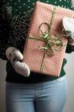 удерживание девушки подарка рождества Стоковые Фото