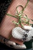 удерживание девушки подарка рождества Стоковое Фото