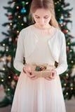 удерживание девушки подарка рождества Стоковое фото RF