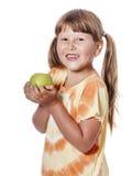 удерживание девушки яблока изолированное над белизной Стоковое Изображение RF