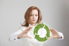 Удерживание женщины рециркулирует символ в его руках Стоковое Изображение